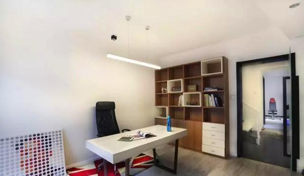 ▲ 白墙直接作为投影幕布,顶部照明采用led小射灯排列组合