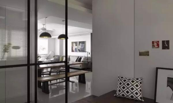 ▲ 多功能室用玻璃移门和走廊相隔,把更多光线引入室内