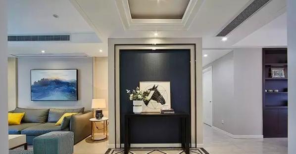 ▲ 玄关走廊的端景用一张黑色条案、一盆花和一幅装饰画组成
