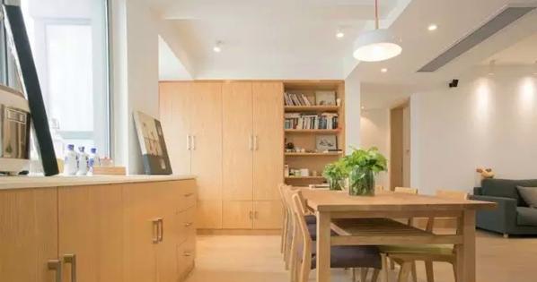 ▲ 大长桌,餐桌兼书桌,边上设计了一整排的地柜和一整面墙的书柜
