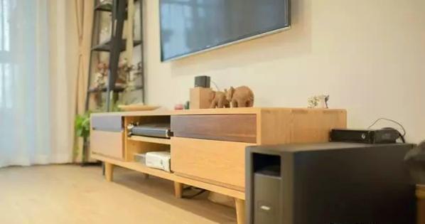 ▲ 原木电视柜,造型优雅,线条流畅,两种颜色的木材混搭更具设计感