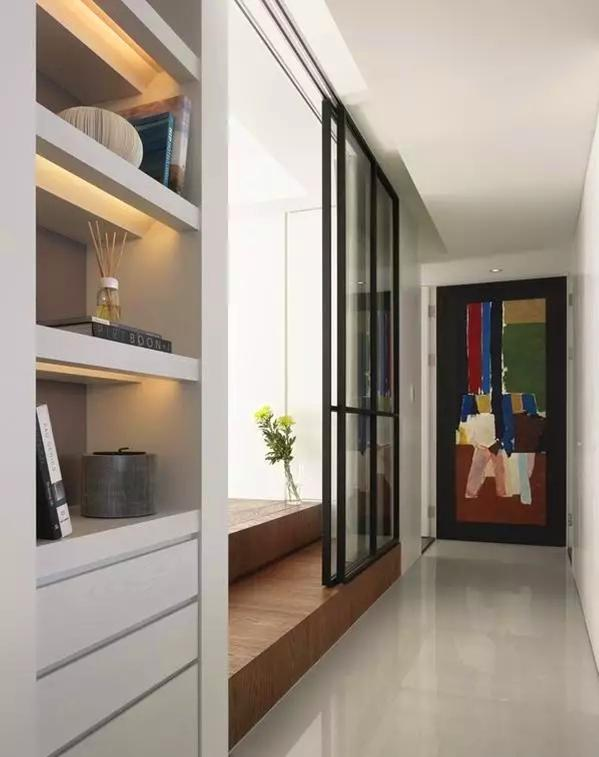 ▲ 走廊尽头是卫生间门,结合油画的门板让走廊更加趣味