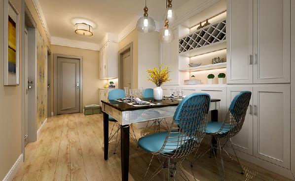餐厅位于门厅到达客厅的中央地带,连接两个功能空间,镂空铁艺蓝面的餐椅在黑白色映衬下,增添了现代工艺线条设计感,收纳墙柜增加储物功能。