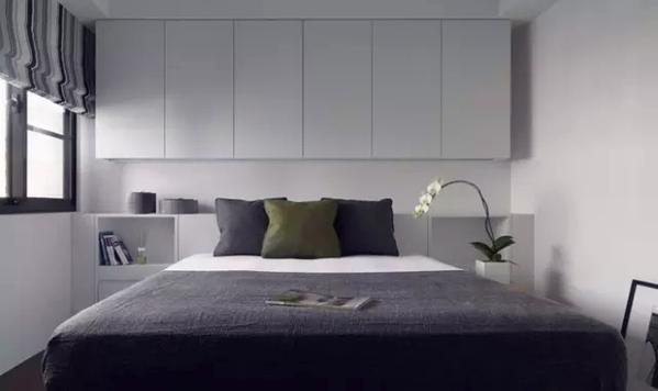 ▲ 次卧床头的柜子同时解决了收纳和压梁的风水问题