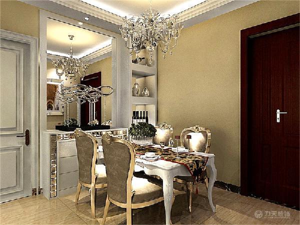 餐桌的选择上则是选择了比较欧式风格的餐桌,与旁边的现代的边柜搭应。