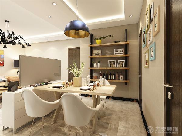 餐厅背景墙用挂画做装饰,简单大方,侧边用木板做成储物格,增加装饰性,既美观又实用。