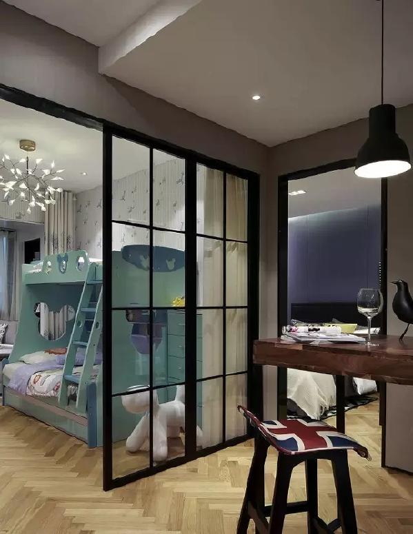通往卧室的过道是一个开放式书房,吧台、书柜,满满的小资情调。