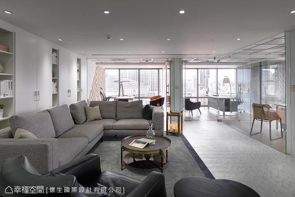 怀生国际设计以开放视野及顺畅动线,打造移步皆景的办公环境,并构置居家感的家具及造型灯饰,勾勒出休闲舒适的空间意象。