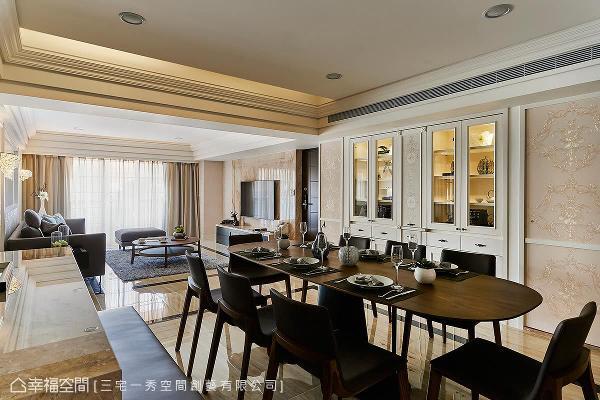 三宅一秀设计拉大餐柜尺度并将客浴门片隐入对称规划的立面设计中,营造质感大器的餐叙氛围。