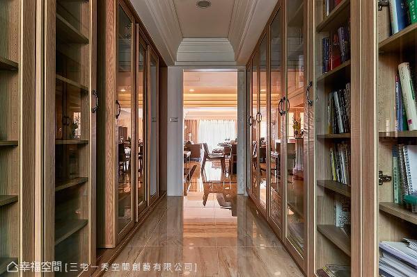 屋主的大量藏书以双层推拉式书柜与清玻拉门柜体完整收纳,木皮柜体与一目了然的收纳方式,让空气中弥漫雅致书香。