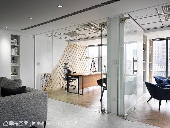 环顾整体设计,色调使用纯洁的白,并佐以实木皮等自然素材,成功形塑崭新的公司形象。