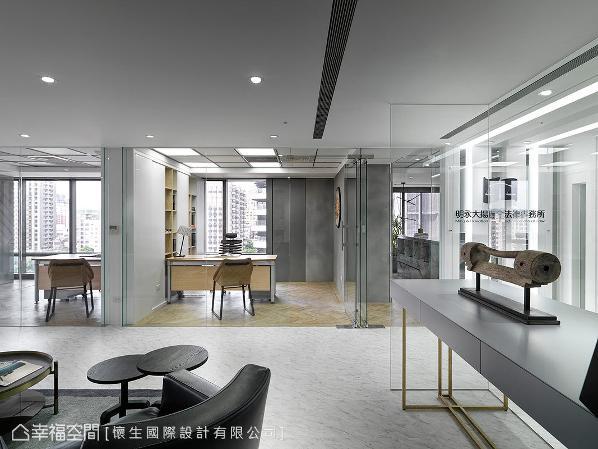 光源自四周的落地窗引进,让办公区与内部空间更为明亮,而玻璃的穿透与纯净的色调,也有放大空间之效。