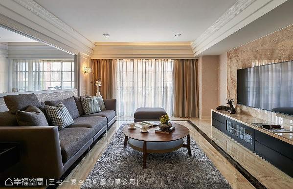 由屋主指定的大理石电视墙纹理延伸,地坪处择以相仿色泽纹理磁砖,应用先进的喷墨技术与精省预算达到空间规划的一致性。