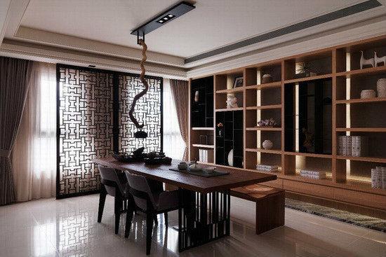开门扉,设计师特别规划一处兼作书房的品茗区,响应屋主的品味与兴趣,作为沉淀心灵、家人互动的最佳场地柜体与桌子皆以实木搭配黑铁,呈现自然的现代人文意境;不同造型的布椅与实木椅配置,则增添空间变化性。