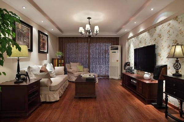 选择全布艺沙发,给人温馨舒适的感觉,边柜选择是五彩柜增添客厅空间的色系感。客厅电视背景墙选用花朵式样墙纸增添一丝丝女性的温柔的情愫。