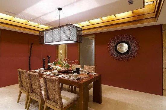 设计师于餐厅场域揉入大量的木色质材,如木格栅天花、实木餐桌椅及藤编餐椅,搭配壁面上的造型圆镜,形塑浓厚的南洋风味