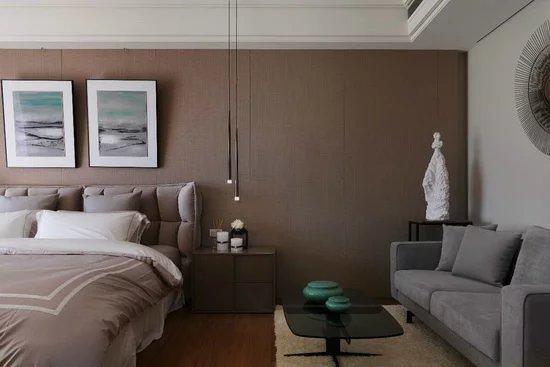 主卧房以大地色系为基调,透过床头背墙的柔和壁布质感,烘托舒适的卧眠氛围。