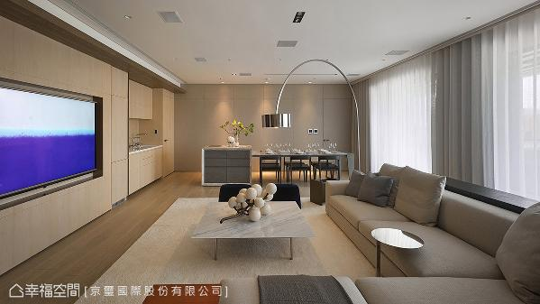 浅色木皮从客厅向后延伸涵盖餐厨机能,细浅刻划的线条里内蕴隐藏式冰箱、开放式西厨与红酒柜厨下式加热器…等机能,搭配墙侧的灰色裱布立面,堆栈温润的色系层理。