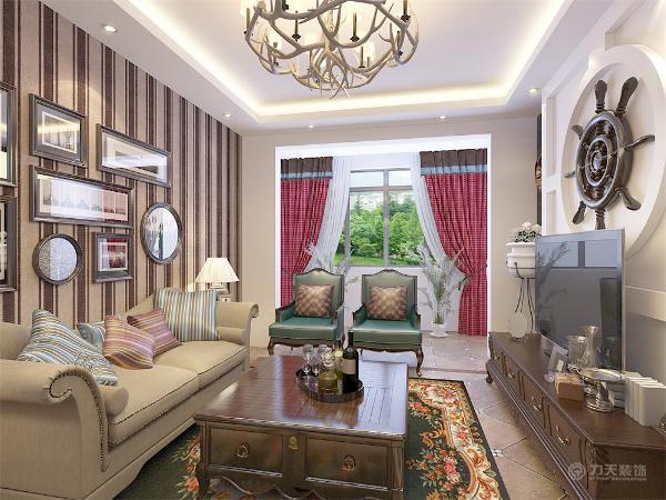 客厅的电视背景墙运用了具有地中海特色的木质罗盘装饰,沙发背景墙为地中海风格的竖条壁纸