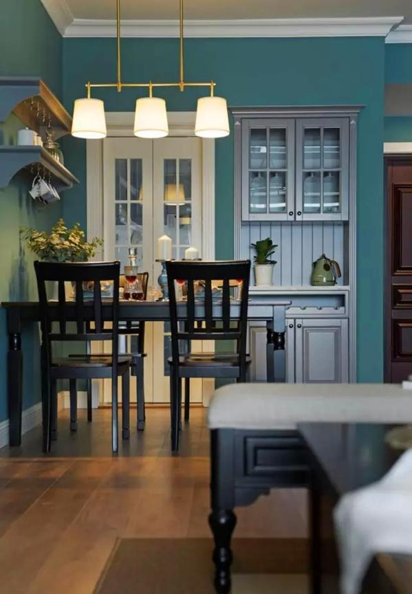 ▲ 厨房敞开的门口封闭了一半改成了酒柜,提高空间利用率