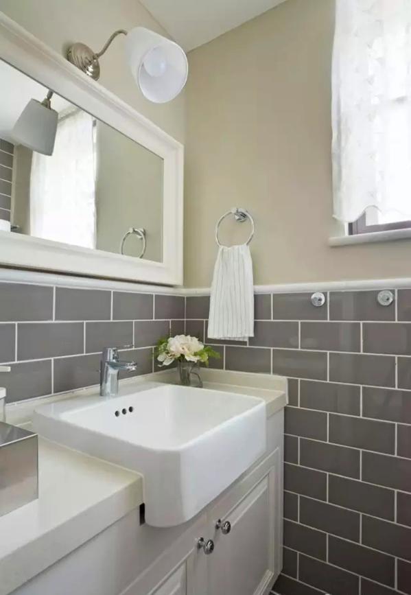 ▲ 卫生间采用半墙设计,下面是瓷砖,上面是防水乳胶漆
