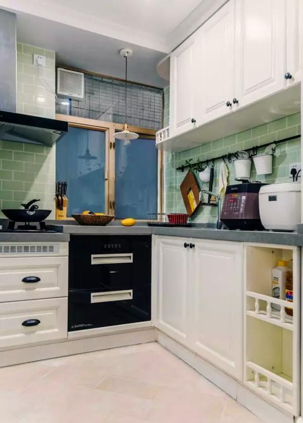 ▲ 白色的田园风橱柜,绿色的面包砖和黑色宜家挂件混搭出清新自在