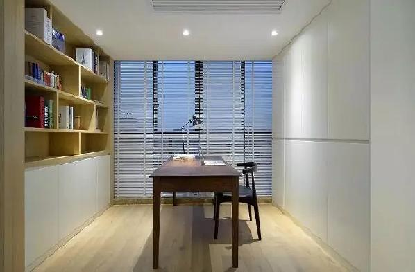 ▲业主家有两宝,原本三房的空间不够用,设计师将原来的工作阳台变成了开放式的书房,让空间与空间多了些对话语言,拉开百叶窗还可以看看小区的风景。