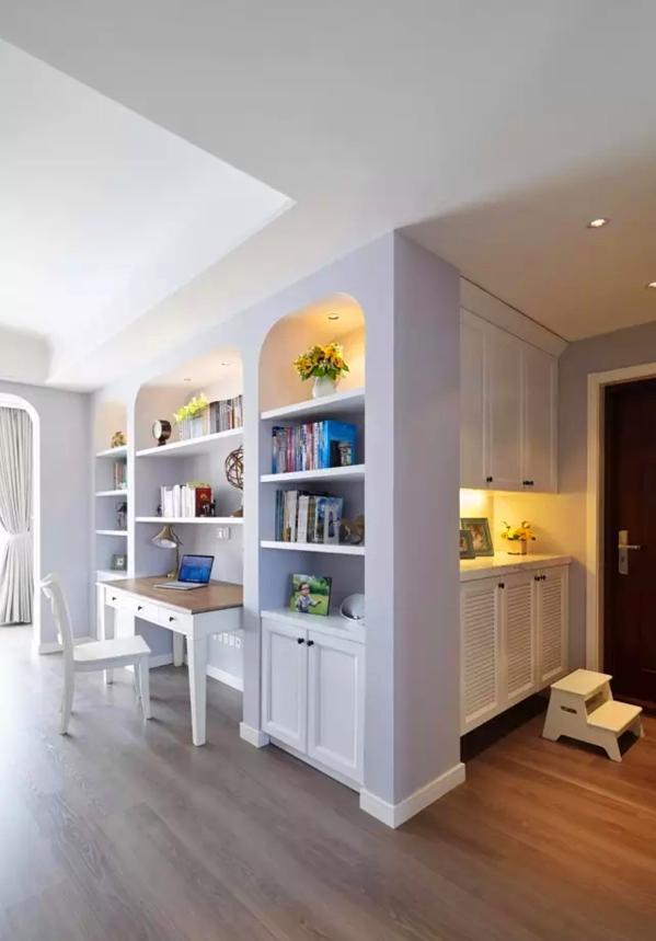 ▲ 入户为两段式百叶鞋柜,三个拱形展示架,浅浅的香芋色带来宁静的舒适感