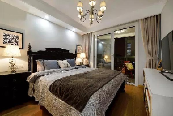 """美式风格的卧室舒适温馨,嵌入墙体的白色衣柜""""隐""""的很巧妙。"""