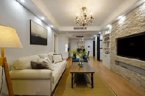 """客厅的长度很长,但宽度不太够,设计师沿着户型的特点将放在中间的家居尽量""""瘦身  """"。"""
