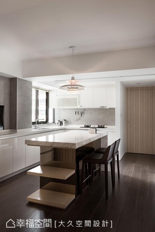 廖志伟&潘柏菁设计师将餐桌机能整并入中岛设计中,并在下方增设电器柜等多元机能,让出更多活动空间。