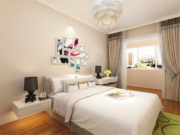 主卧室的设计同样采用相同的墙体颜色,而床则采用深色的双人床来设计,在阳台处则设计了衣柜,窗帘与墙体相近,两处相互照应。