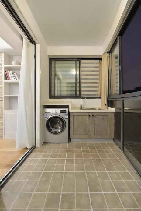 这样一来,阳台不再是晾衣服、养花、堆杂物的地方,为房间的使用多扩出了几平米。