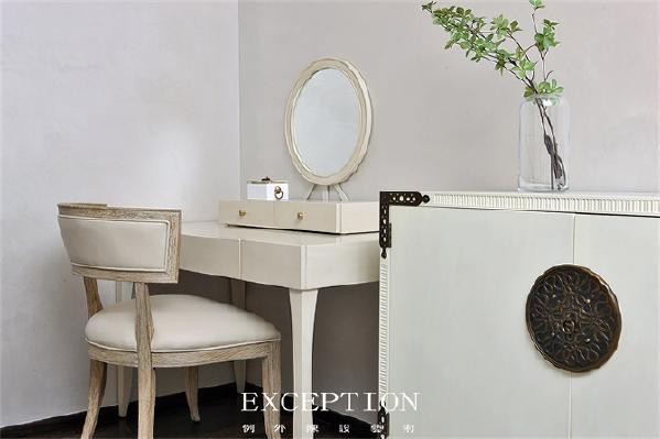 「设计解读·主卧细节」   柜子的金属图案、圆形的镜子、椅子的弧度,这些设计小心思以清秀低调的步子在简洁的空间中娓娓道来。