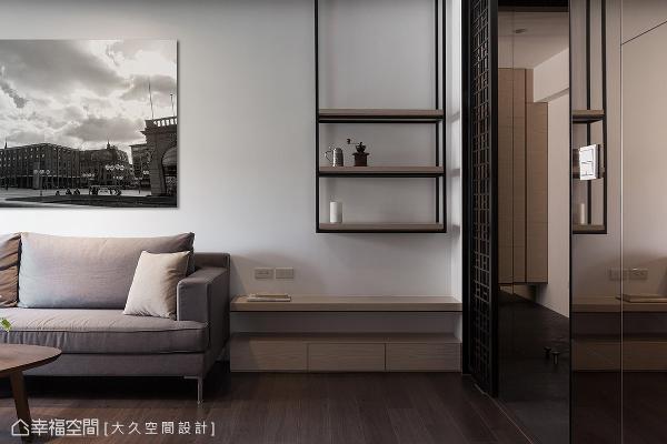 铁件搭配木皮构筑造型层架,与家具、挂画共融精巧的比例配置,型塑随处成景的空间表情。