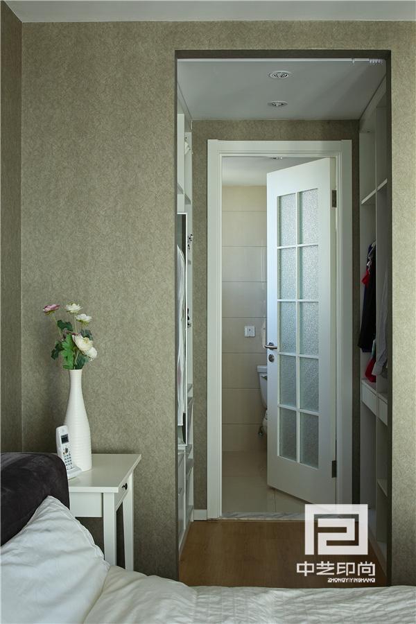 卫生间可以推拉的镜面解决了洗手盆有窗户的问题。