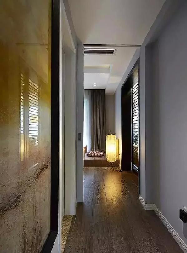 有限空间也能做出无限可能,滑门设计将书房过道与主卧连结一体,整体呈现出干净  利落的场景规划。
