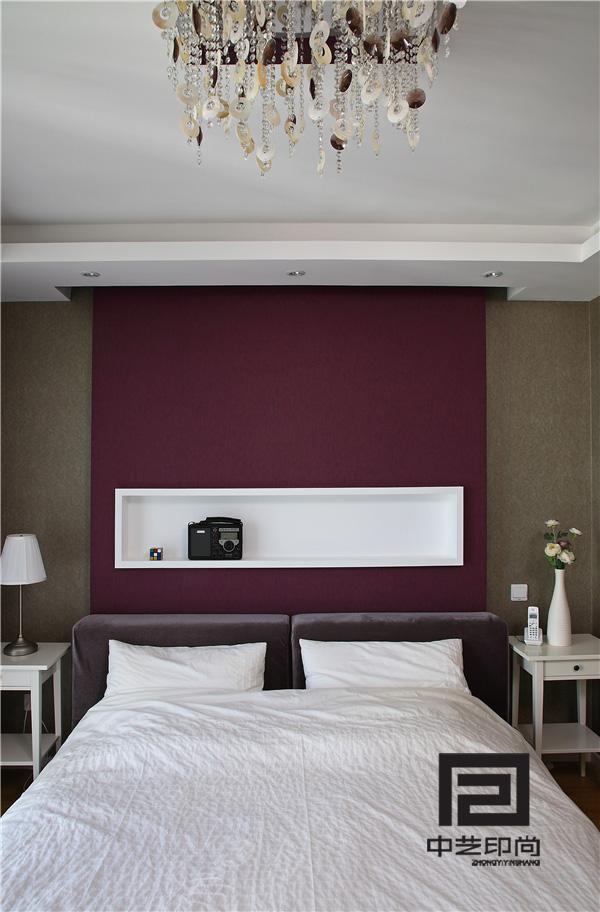 主卧室紫色的主题墙白色的家具绒布床,再加上水晶贝壳灯,仿佛带你来到了黄昏的海滩。