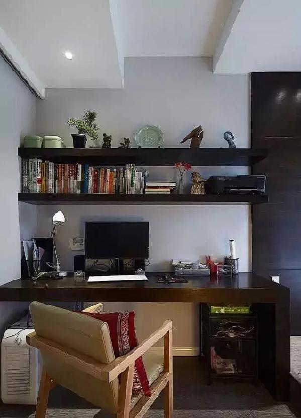 以黑白灰色调为基础,顶墙的桌面与隔板书架干净利落,厚重的深色实木深得男主人  喜爱。