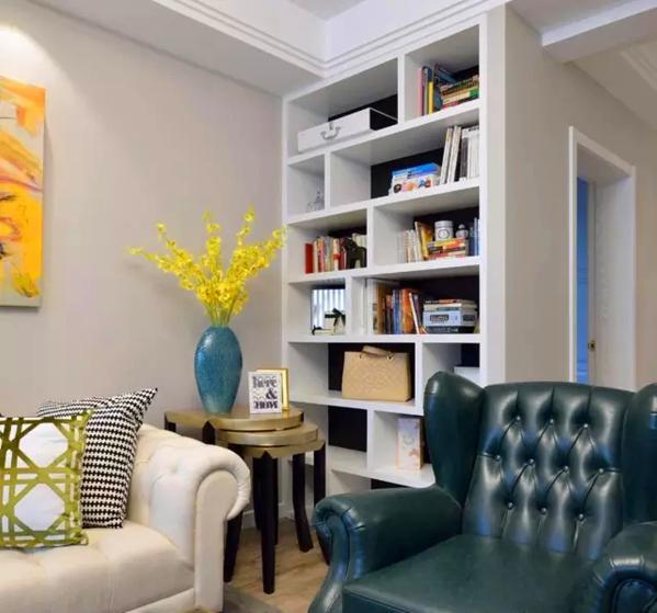 ▲ 高低组合的沙发角几,黄色跳舞兰是软装必备