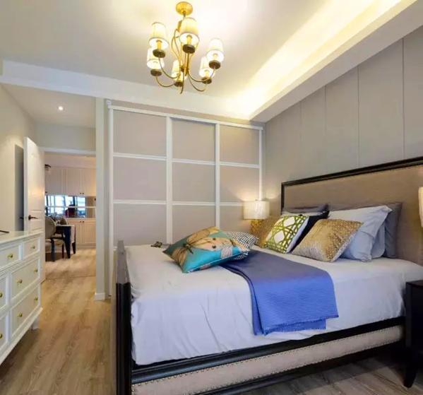 ▲ 和客厅呼应的色调处理,搭配奶茶色的方格衣柜门