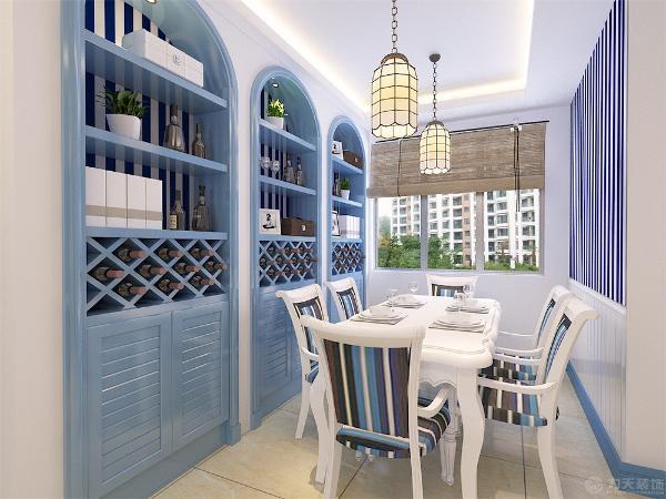 餐厅采用了六人位,墙体的左侧安装了一个酒柜方便平时的储物功能,由于餐厅的就餐环境比较小所以平时不用时需要吧餐椅收到桌下。