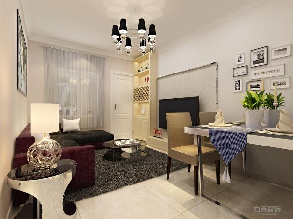 墙体都是浅咖色的,给人一种安静的感受,客餐厅沙发运用了黑色与红色的搭配,是整体空间上有了层次感,墙壁上空出来的地方也运用了墙壁画装饰。
