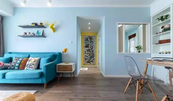 ▲ 餐厅和书房间用百叶推拉窗隔断,走廊尽头黄色照片墙是满满的爱