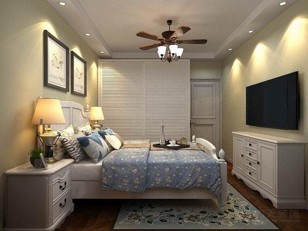 主卧室内地面用拼花木地板铺装,墙面使用驼色乳胶漆,放置了田园风格的床、柜子、以及软装饰.整体打造了一个让人舒适的休息空间。