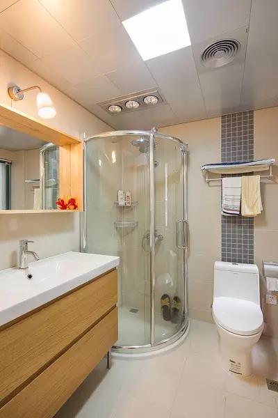 卫生间 玻璃淋浴房实现干湿分离。