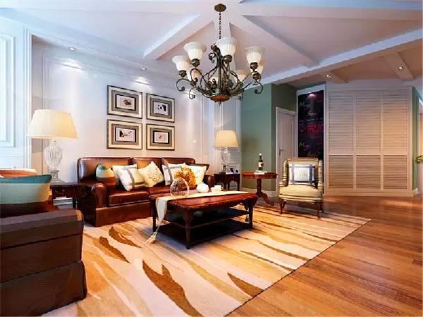 枣红色皮质的沙发和实木的桌子显得高端大气。沙发上面放几个白色靠垫,桌上铺一面白色桌旗,再加上一块浅色地毯,既有格调又轻松、随性。