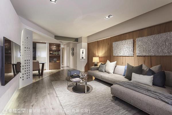 在公共场域中,汤镇安设计师藉由家俬与材质的铺述,推演优雅且悠闲的生活态度;天然木皮的沙发背墙,在肌理上呈现具有生命力的历史痕迹,衍生温暖的场域表情。
