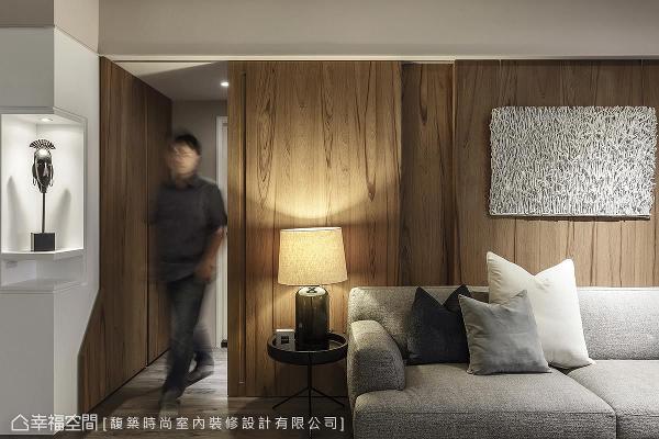 汤镇安设计师利用隐藏门的设计,巧妙地区隔公私领域的机能,而左侧转角的柜体,更成为摆放装置艺品的视觉重心。
