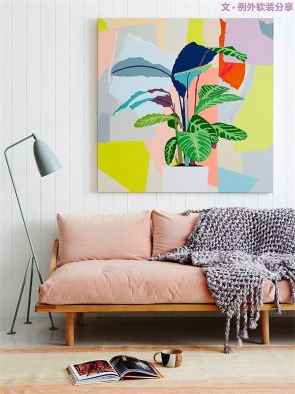 二、如何根据环境和空间来改变家居软装色彩   居室可以通过软装中的色调来营造不同的季节时令,诸如冬季可选择橘红、粉红、淡黄等暖色调来营造温暖的家,同时点缀几个冷色系,这样可更加突出暖色调。
